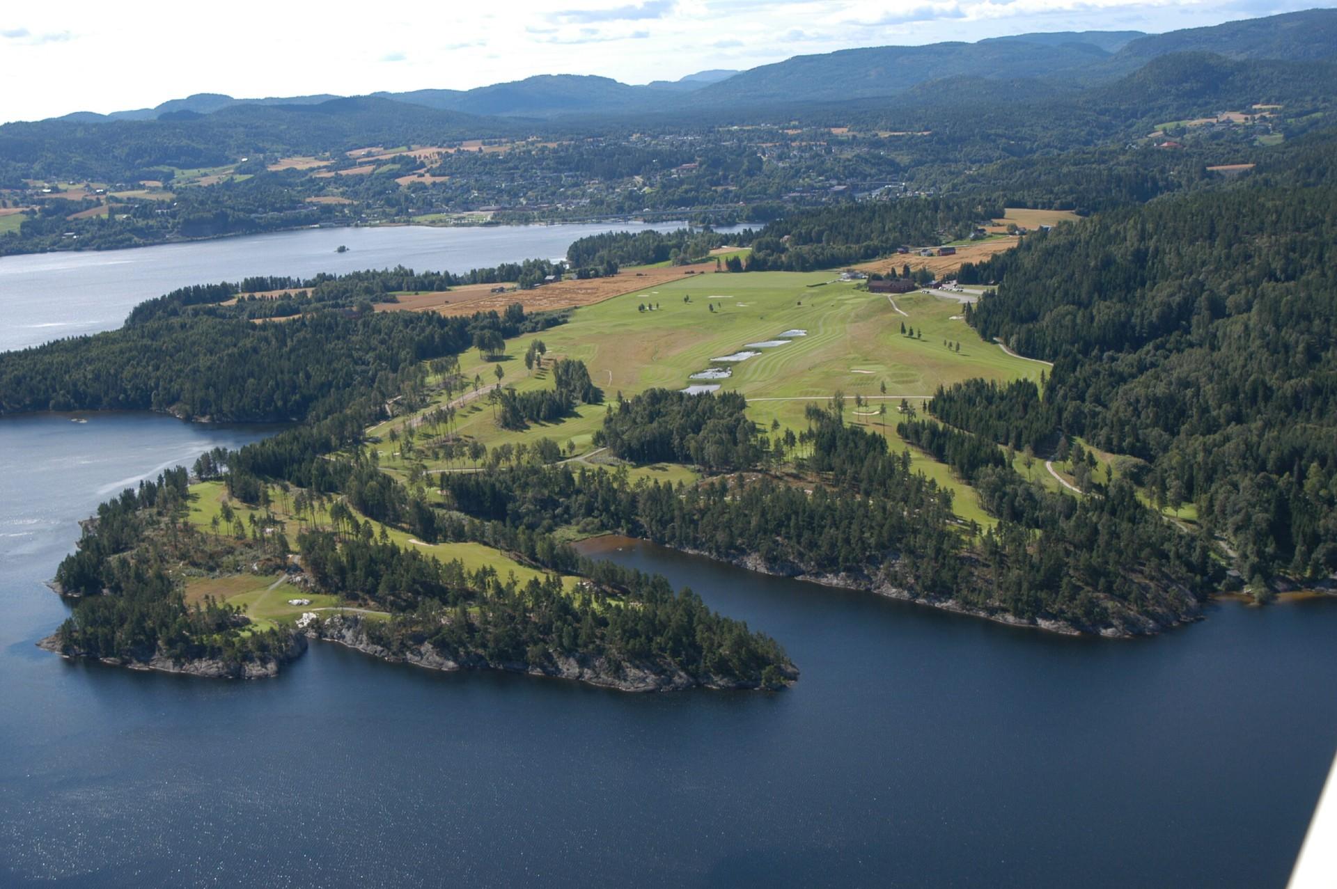 Oversiktsbilde med Norsjø, golfparken