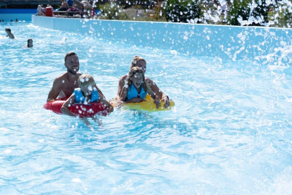 Foreldre og barn i Flowrideren i Sommarland