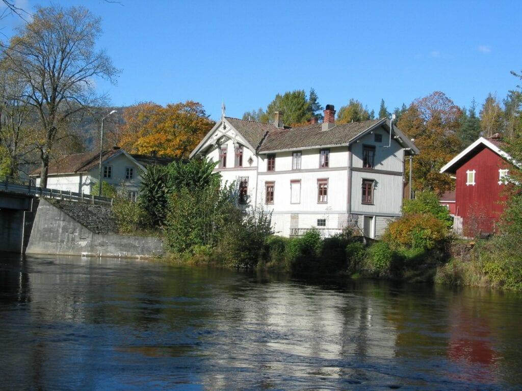 Bø Museum langs elva