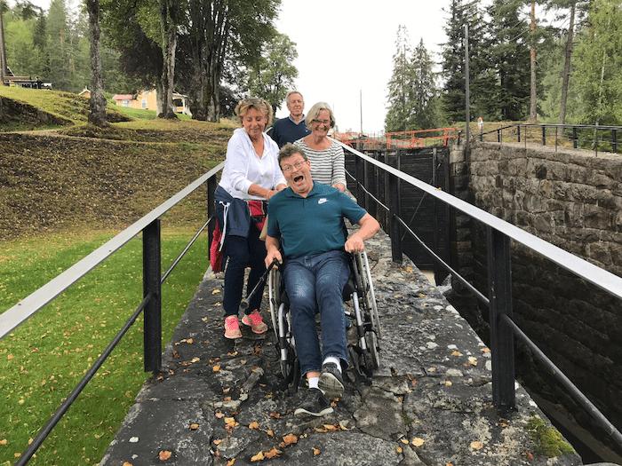 I rullestol nedover langs Vrangfoss Sluse