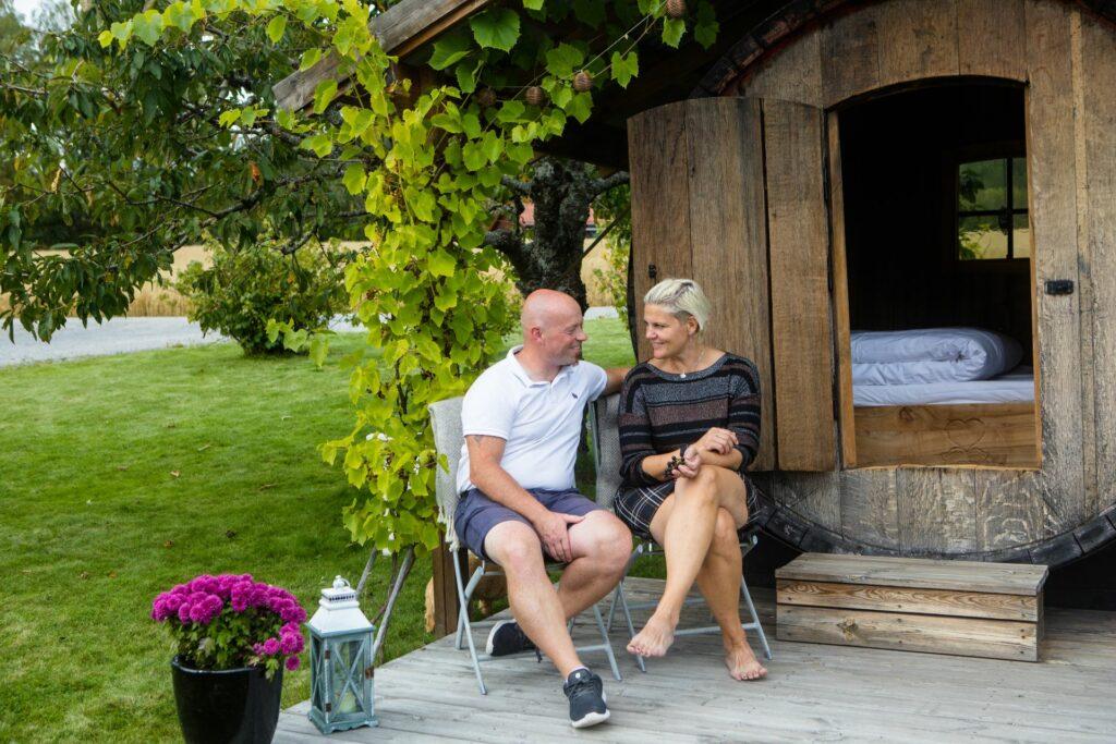 Par sitter foran vintønne