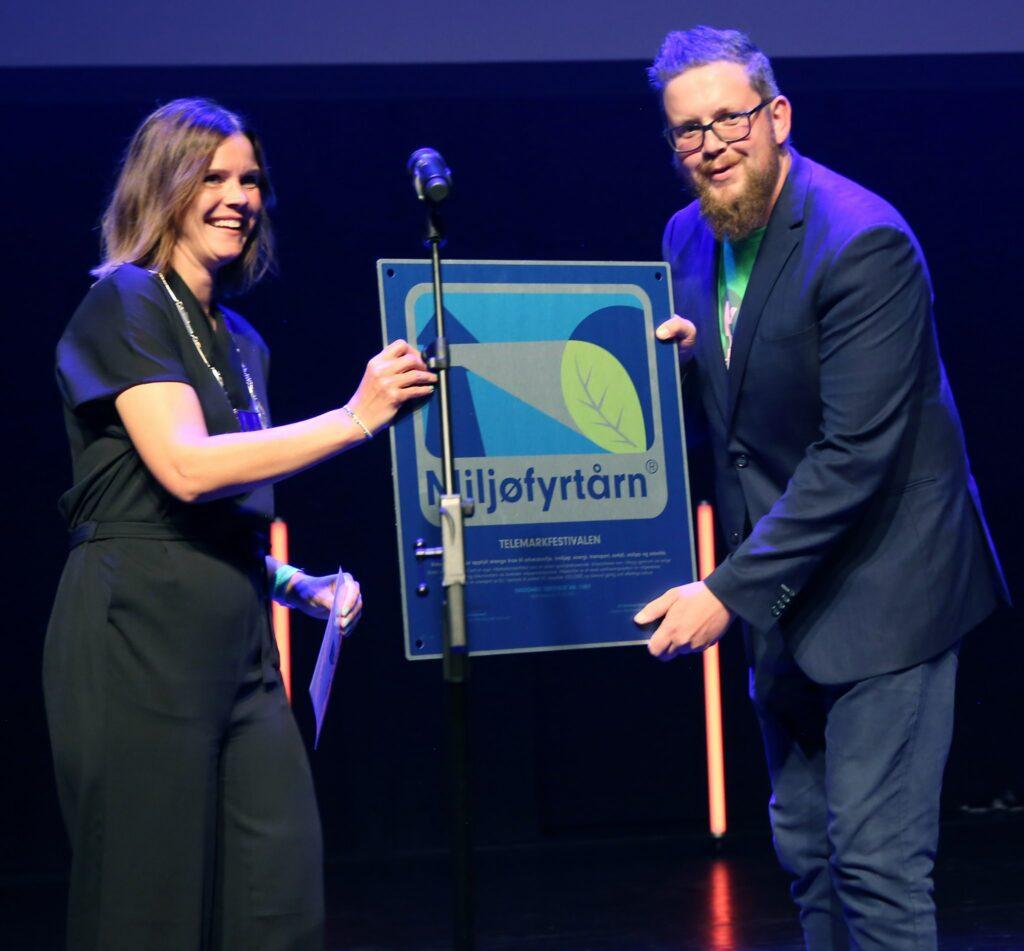 Ordfører overrekker sertifiseringsmerket til daglig leder i Telemarkfestivalen